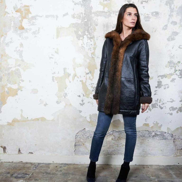 Balenciaga mid-length coat in brown returned lambskin leather and brown aged leather.  Size 40. Made in Turkey.  There is a fire-colored fur on the collar and at the front. In very good condition.  Dimensions flat: shoulder length 40cm, length
