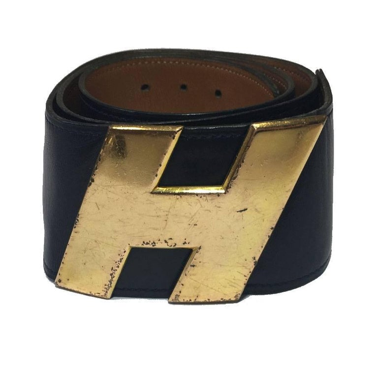 Hermès vintage belt in navy leather, gold leather interior. Hardware H in gilded metal. Hook clasp.  Made in France. Stamp B in a circle, year 1972.  Dimensions: total length: 95 cm, first hole: 81 cm, middle: 83.5 cm, last hole: 86 cm. Possibility