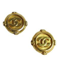 CHANEL Vintage Clip-on Earrings in Gilded Metal