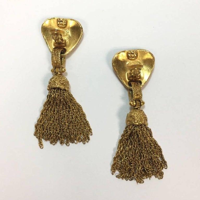 Women's CHANEL Vintage Dangling Clip-on Earrings in Gilt Metal For Sale