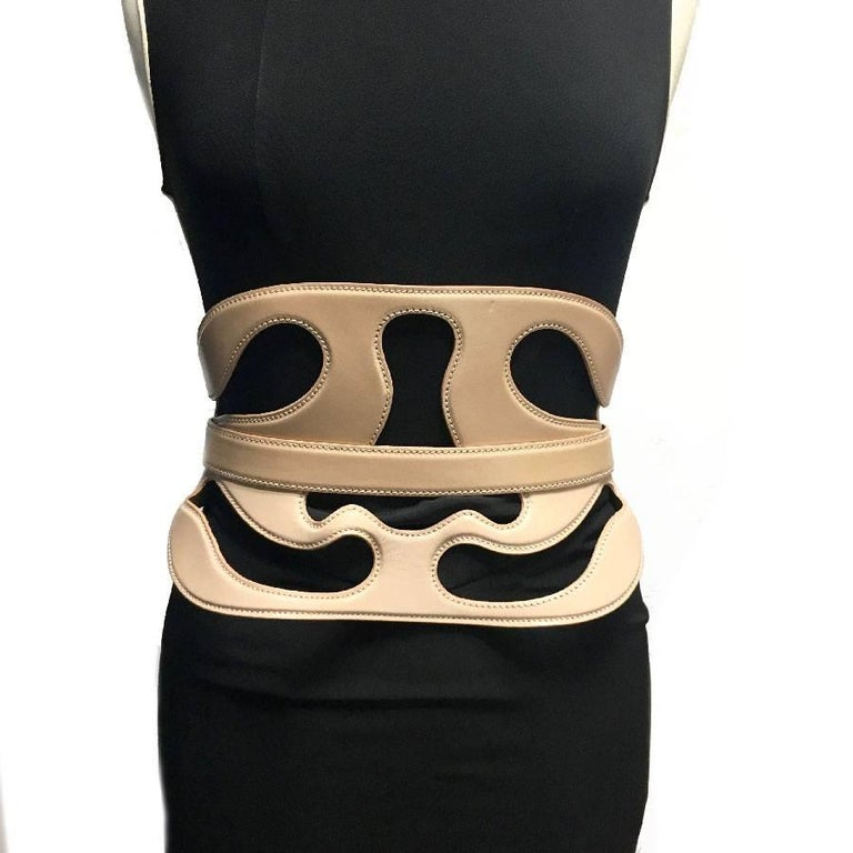Sublime Alexander McQueen corset belt, in nude leather, it closes at the back. Size 75  Slight mark on the front (see photo)  Dimensions: length: closed: 79cm, width: 20 cm  Will be delivered in new, non-original dust bag