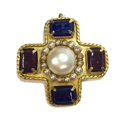 CHANEL Vintage Brooch in Gilt Metal, Colored Molten Glass and Pearls