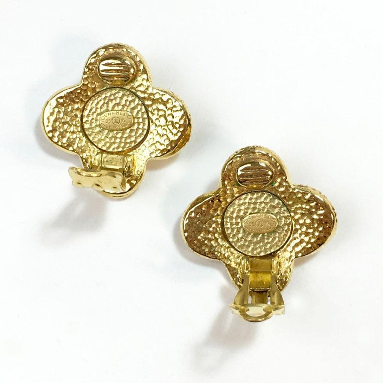 CHANEL Clip-on Earrings in Gilt Metal set with a Large Rhinestone For Sale 1