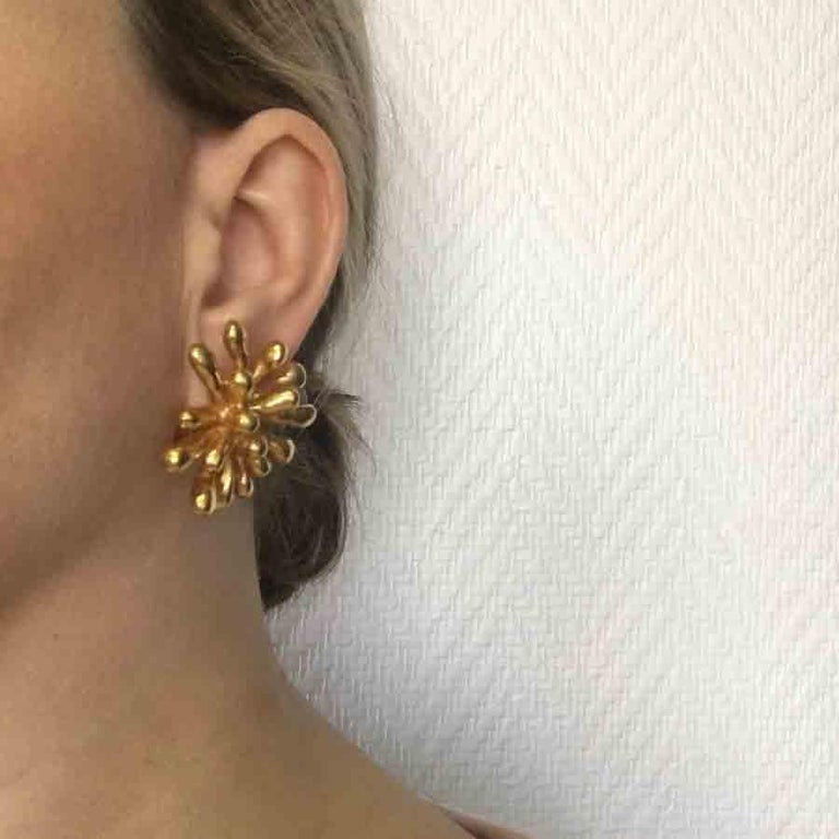 Christian Lacroix vintage clip-on earrings in gilt metal. In very good condition.  Made in France, Summer 1994  Dimensions: 3.7x3.7 cm  Will be delivered in a new, non-original dust bag