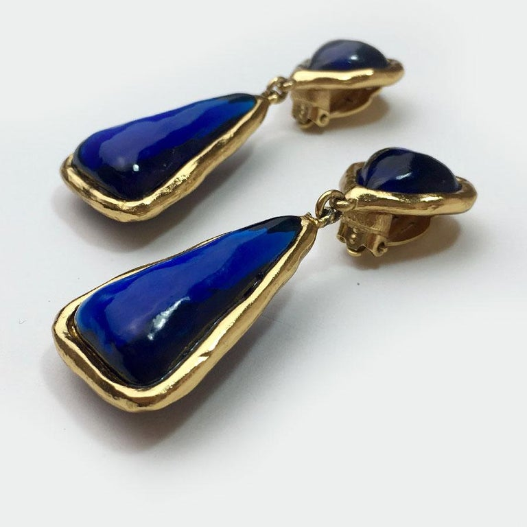 SONIA RYKIEL Vintage Pendant Clip-on Earrings in Gilt metal and Dark Blue Resin In Excellent Condition For Sale In Paris, FR