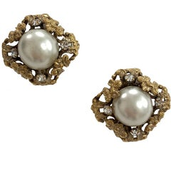 CHANEL Vintage Clip-on Earrings in Gilt Metal and Pearl
