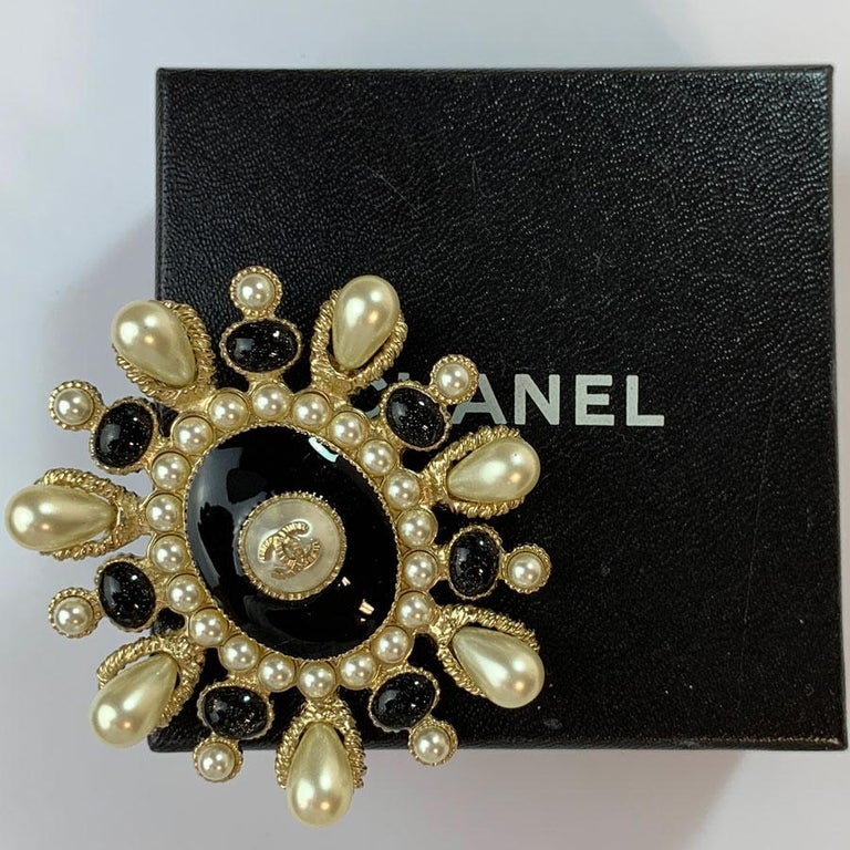 CHANEL Brooch Paris Cuba Cruise Collection Oval in Gilt Metal, Resin and Pearls For Sale 1