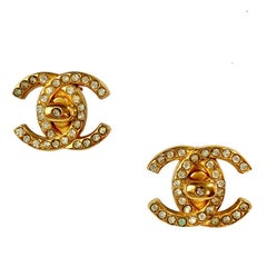 CHANEL Vintage CC Clip-on earrings in Gilt Metal and Rhinestones