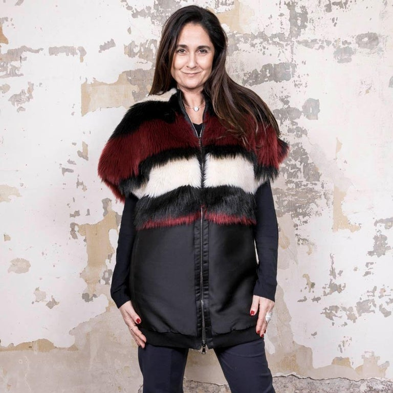Giambatista Valli jacket in silk and polyester. Faux fur patch in red, white and black. Two slit pockets at the waist. Closes with a zipper.  Very good condition.  Made in Italy. Size XS.  Dimensions flat: raglan shoulder width 48 cm, underarm 66