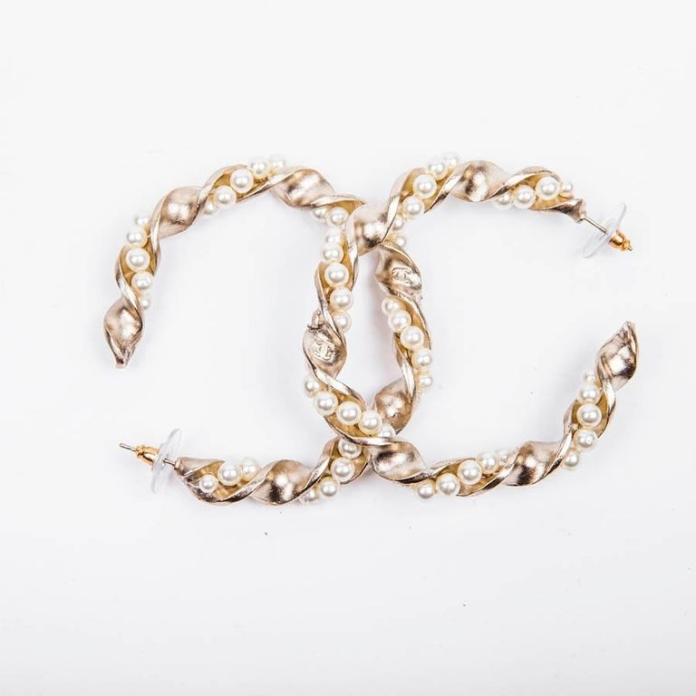Chanel Gilded Metal and Pearls hoop earrings In Excellent Condition For Sale In Paris, FR