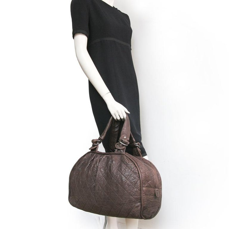 Large Chanel bag in brown bull leather (very soft buffalo style). The fittings are made of aged palladium metal. Zip closure.  The interior is in shiny gray quilted satin with 3 pockets including a zip and a link to hang your keys. Double handle. A