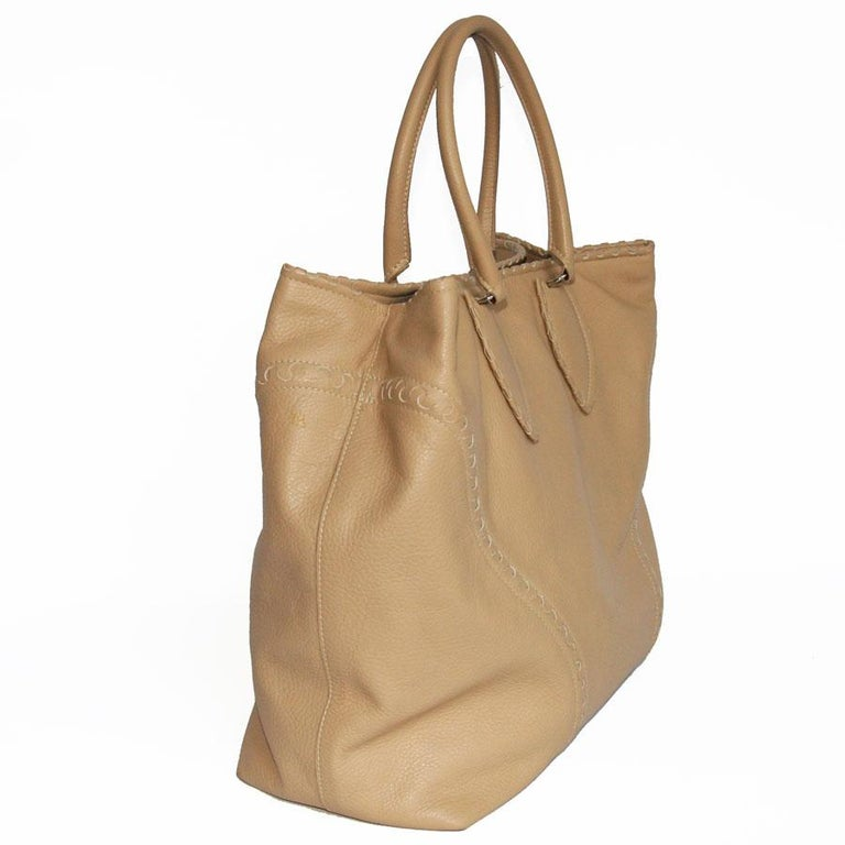 ALAÏA Large Tote Bag in Beige Grained Leather For Sale 1