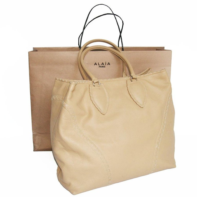 ALAÏA Large Tote Bag in Beige Grained Leather For Sale 3