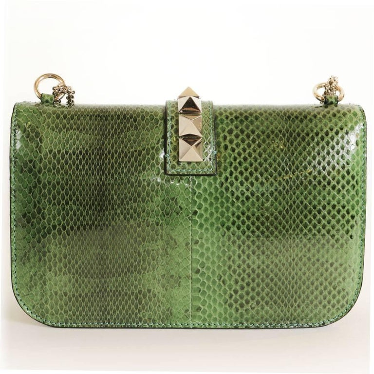 Valentino Garavani 'Vavavoom' bag in green grass python leather and pale gold hardware.   Worn on shoulder and crossbody. The pretty braided chain measures: 172 cm. It ends with 2 carabiners.  The interior is in beige canvas with 3 pockets including