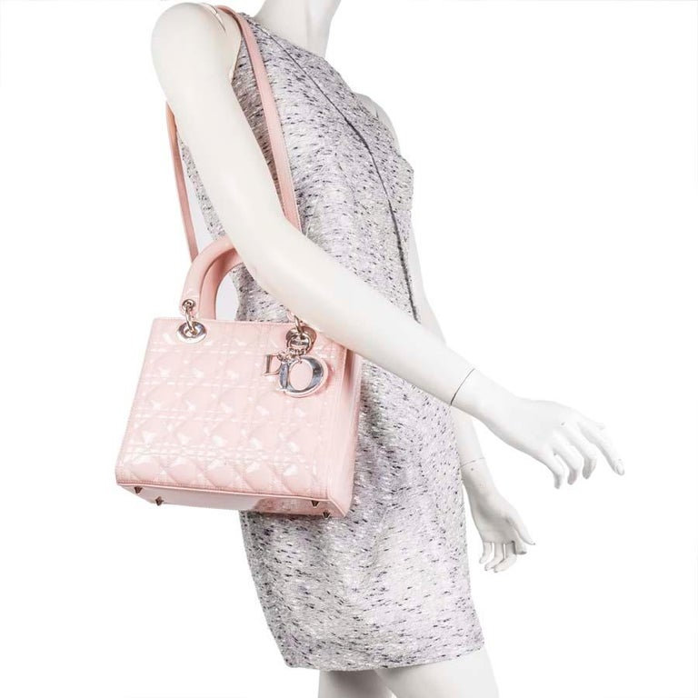Lady Dior Dior bag in pink varnished quilted leather. The interior is in gray cannage canvas with a zipped pocket.  In very good condition (2 small traces of pen, see photo).  Worn by hand or on shoulder with a removable shoulder strap (89