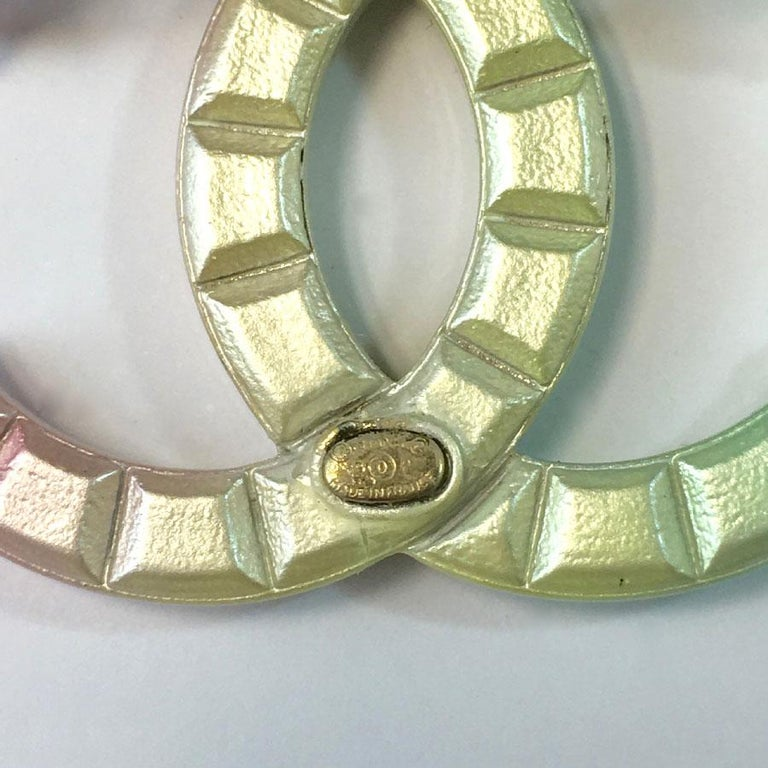 Chanel CC Brooch in Tricolor Metal Diamond Tips In New Condition For Sale In Paris, FR