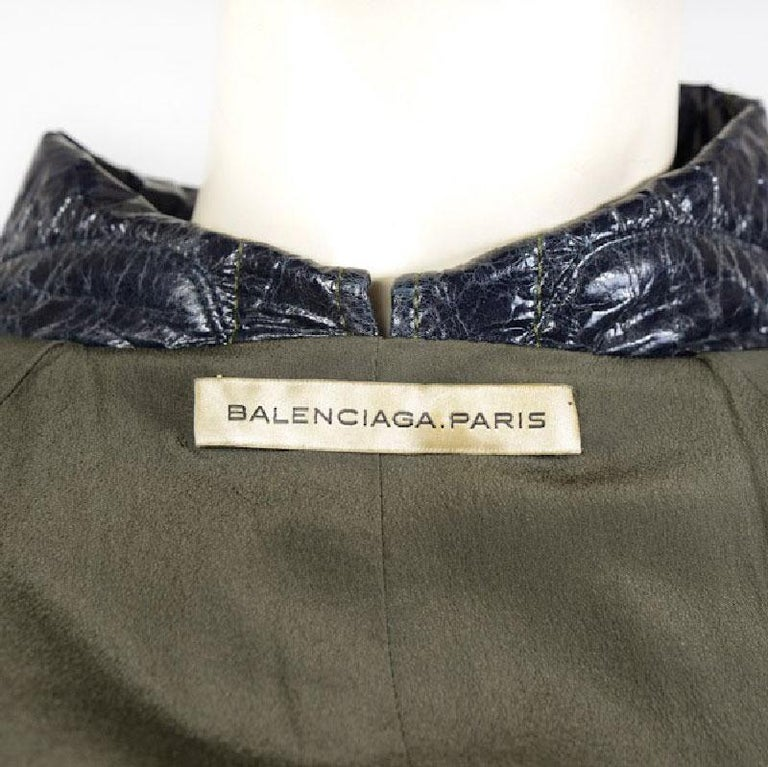 BALENICAGA Raincoat in Navy Blue and Khaki Green Waxed Cotton Size 40 For Sale 2