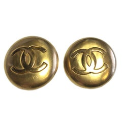 CHANEL Round Clip-on Earrings in Gilt Metal