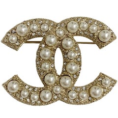 CHANEL CC Brooch in Gilt Metal set with Pearls and Rhinestones