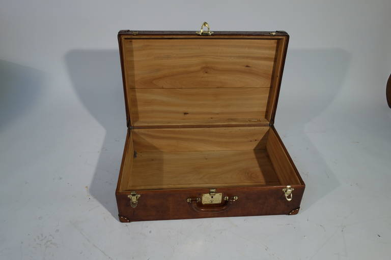 louis vuitton leather suitcase int rieur camphor 1920s valise cuir for sale at 1stdibs. Black Bedroom Furniture Sets. Home Design Ideas
