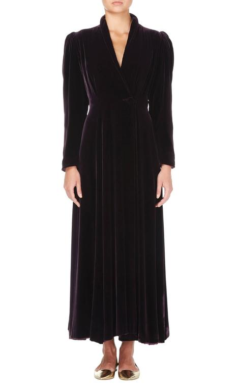 This opulent velvet evening coat by Valentina is a fabulous cover-up for an evening event. Constructed from plush velvet in a gorgeous shade of deep purple, the puffed shoulders give add a touch of drama to the otherwise linear silhouette. The
