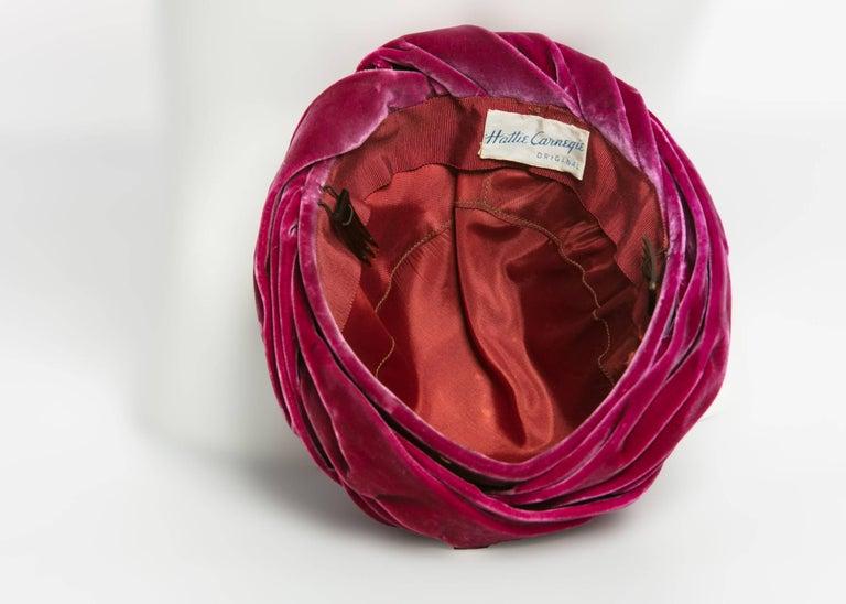 1930s Hattie Carnegie Original Raspberry Pink Velvet Turban Hat In Excellent Condition For Sale In Boca Raton, FL