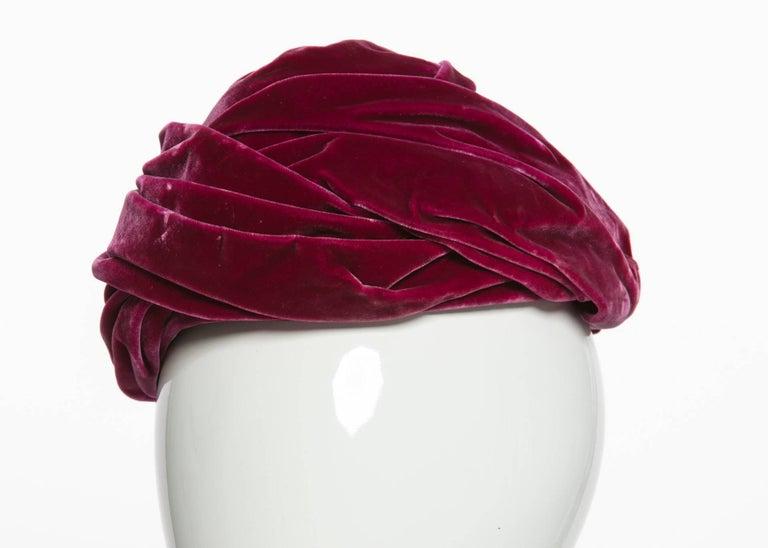 1930s Hattie Carnegie Original Raspberry Pink Velvet Turban Hat For Sale 1