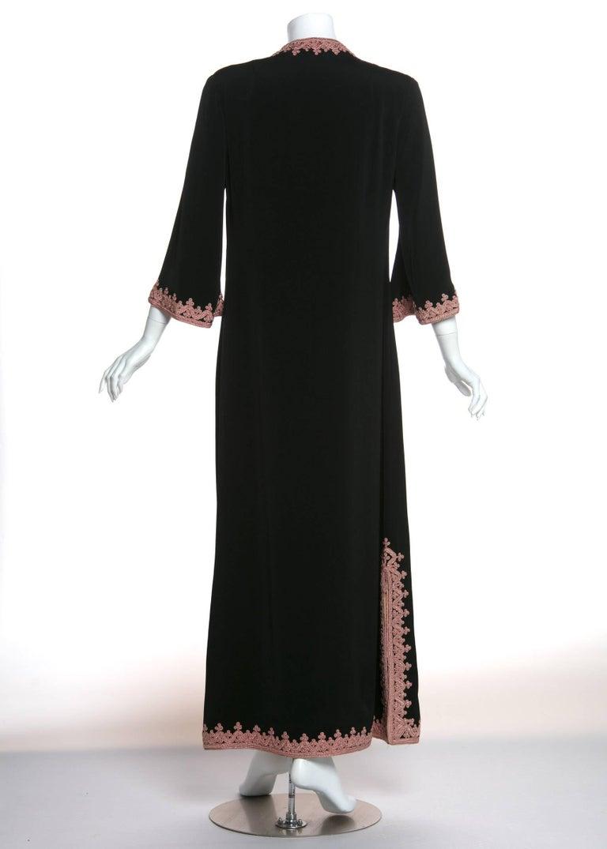 1970s Vintage  'De Velasco Boutique, Tanger' Black Silk Pink Embroidered Caftan In Good Condition For Sale In Boca Raton, FL