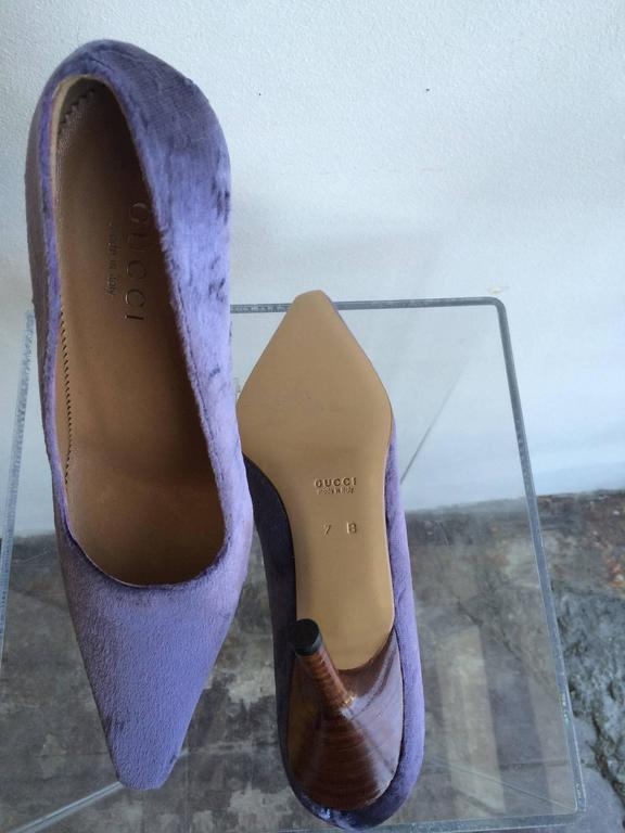 Gucci Lavender Velvet Pumps  In Good Condition For Sale In Los Angeles, CA