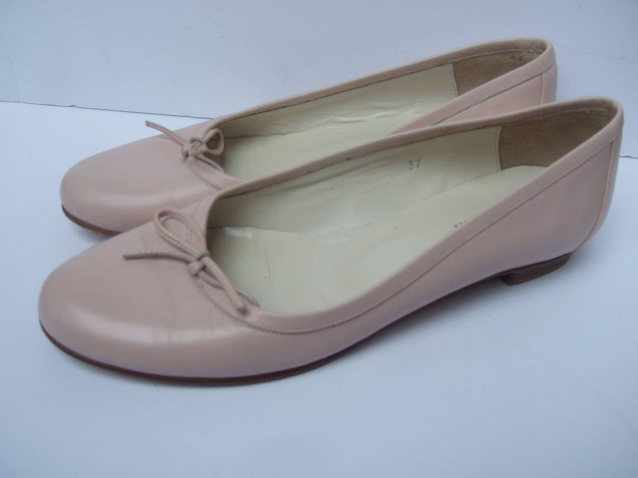 Burberry Blush Pink Leather Ballet Style Flats Size 37 In Excellent Condition For Sale In Santa Barbara, CA