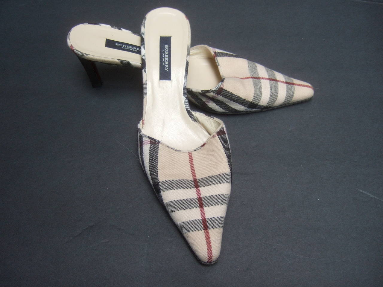 Burberry London Classic Nova Plaid Wool Mules Made in Italy Size 37.5 In Excellent Condition For Sale In Santa Barbara, CA