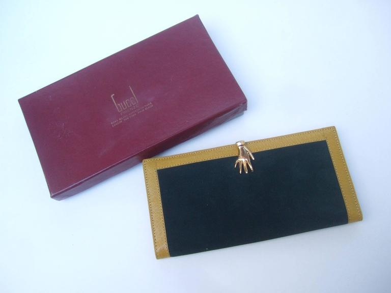 0e09ddb85376a4 Gucci Rare Green Suede Hand Clasp Wallet c 1970s In Excellent Condition For  Sale In Santa