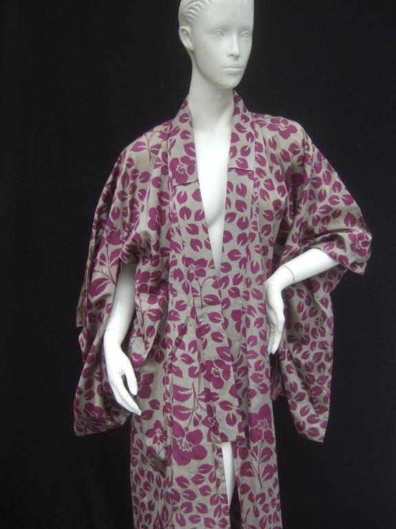 Japanese Style Flower Print Kimono Robe c 1970s In Good Condition For Sale In Santa Barbara, CA