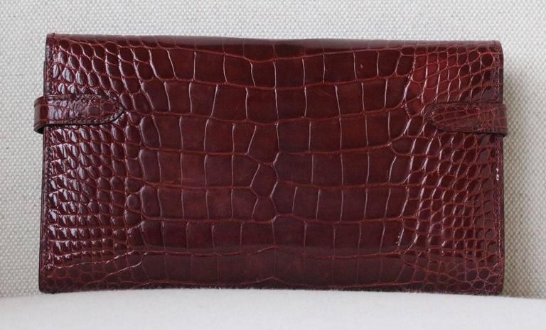 Brown Hermès Kelly Croc Gold Hardware Clutch Pochette Wallet For Sale