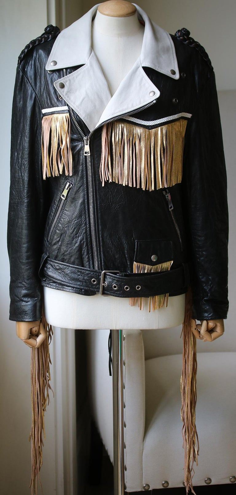 Gucci has a way of taking classic styles and turning them into something extraordinary, and this jacket that hybridises moto and Western silhouettes is the perfect example of that. Composition: 100% lamb leather. Trim: calf leather.   Size: IT 38