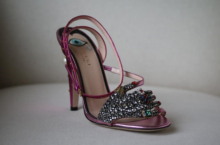 Constructed in italy according to gucci's exacting standards, these pink leather sandals will add a decorative flourish to even the most off-duty of days. The ideal choice for dressing up or down, these intricately detailed gucci sandals are