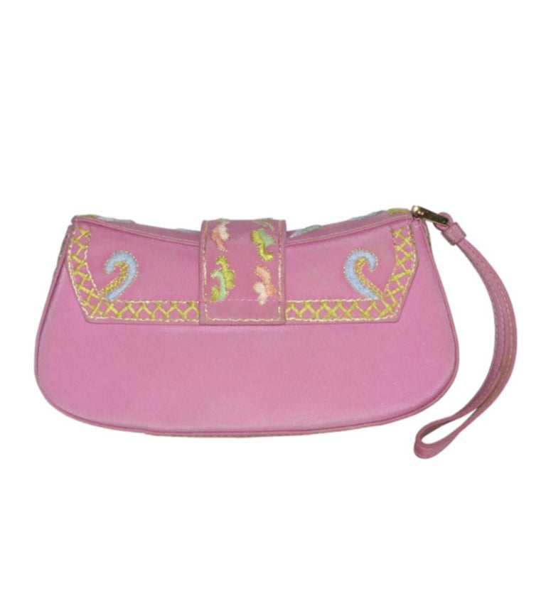 Lovely pink canvas pouch with silver embroidery and multicolored flowers. Flap closure and pressure. Anse to wear on the wrist. 1 small open inner pocket Tonal nylon lining. Numbered plate 0002 Good Condition The fabric has some very fine