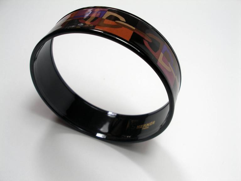 Hermès Bracelet enamel  Multicolor : black / parme / rose / brown  Black Edition  Diameter inside : 6 cm  Hermès Made in France Stamp : P production 2012  Please considere for this purchase : the small S , inside next to Hermès Paris  its comes from