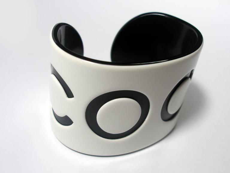 VINTAGE CHANEL White & Black Resin COCO Large Wide Cuff Bangle Bracelet  In Excellent Condition For Sale In Saumur, FR