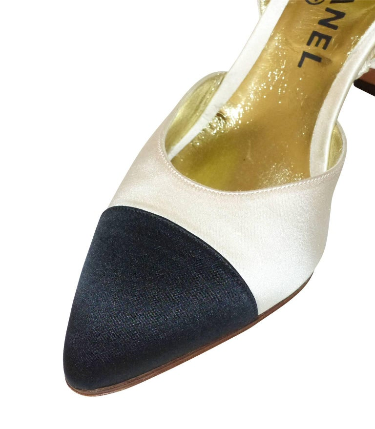 COLLECTOR Chanel Pumps Bicolor Black and Ivoire Satin size 37-37.5 / LIKE NEW In Excellent Condition For Sale In Saumur, FR