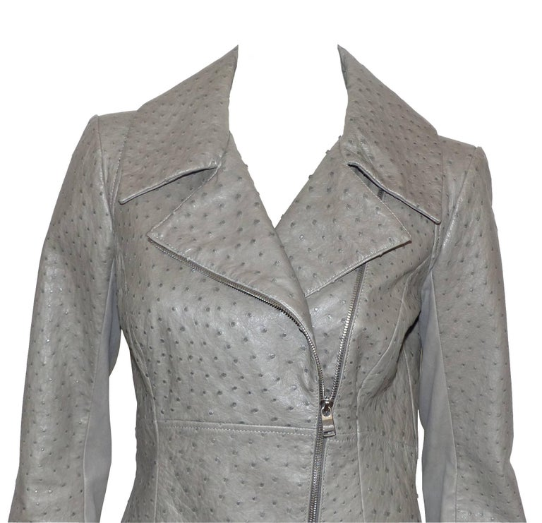 FANTASTIC Jacket Jean Claude Jitrois in ostrich leather gray color very slightly green. A curved shape with zipper in silver metal and tongue. 2 pockets at the waist. Back in lamb dipped very lightly treated used. Martingale with loop. Black viscose