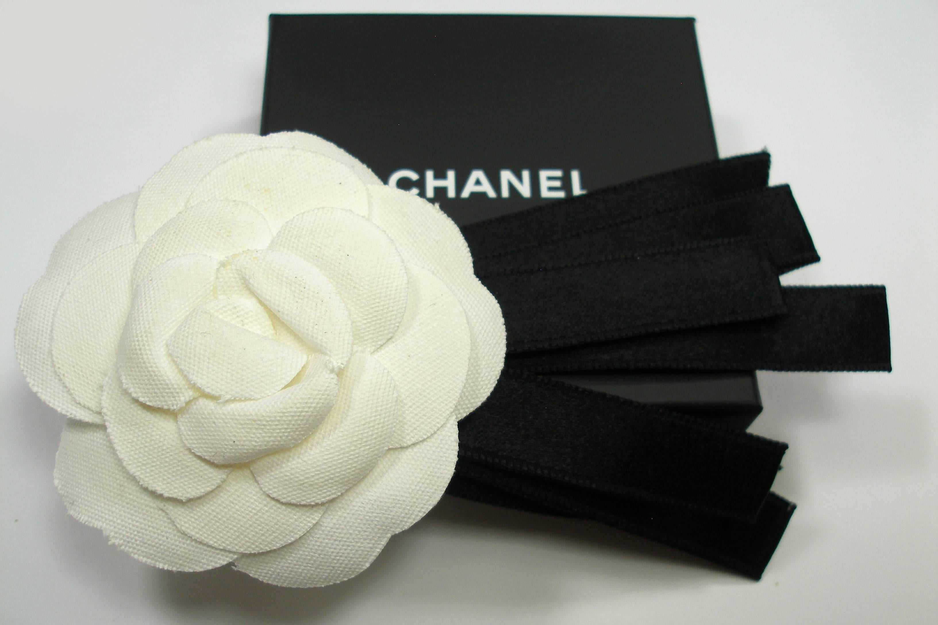 Classic Vintage Chanel Camellia and ribbon brooch   Good condition For Sale  at 1stdibs cb2fa66cc0d