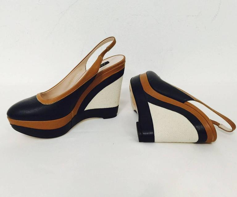 Elegant Escada Navy and Toffee Leather Wedge Slingbacks With Burlap Detail  In Excellent Condition For Sale In Palm Beach, FL