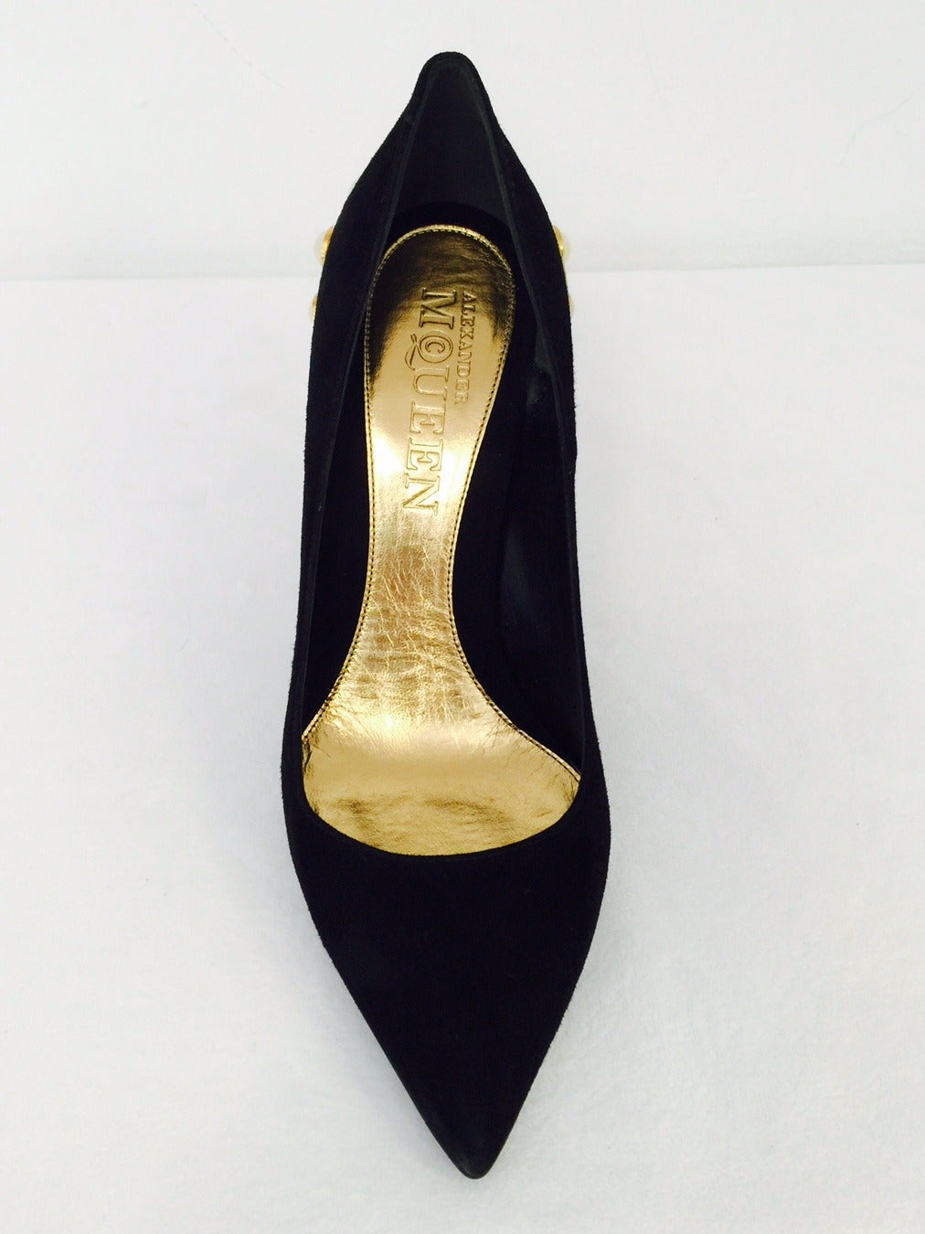Awe-Inspiring Alexander McQueen Black Suede Evening Pumps with Pearls In Excellent Condition For Sale In Palm Beach, FL