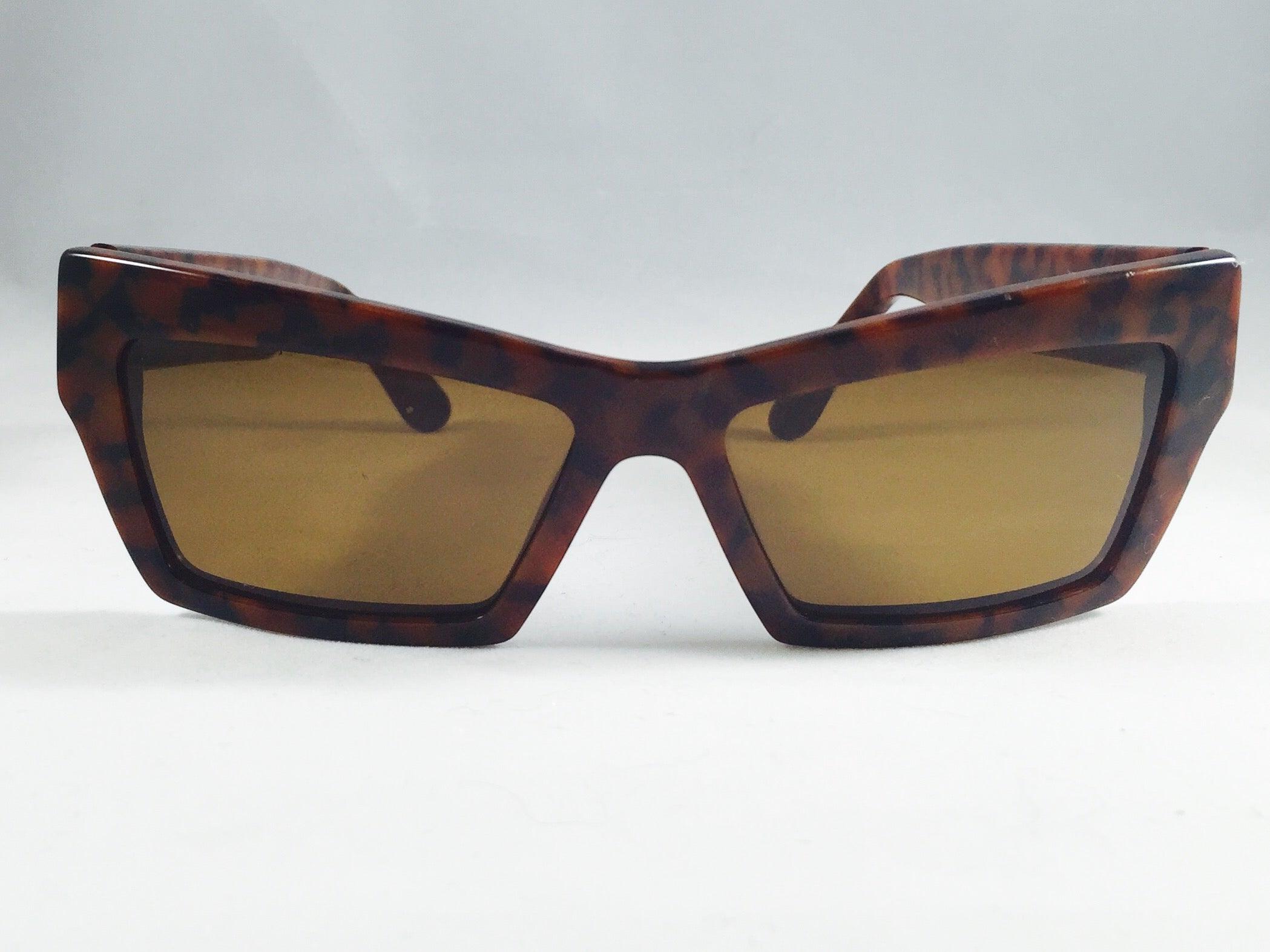 45ffe2bf4e4e 1990s Gianni Versace Tortoise Wayfarer Sunglasses With Mudusa Head Temples  For Sale at 1stdibs