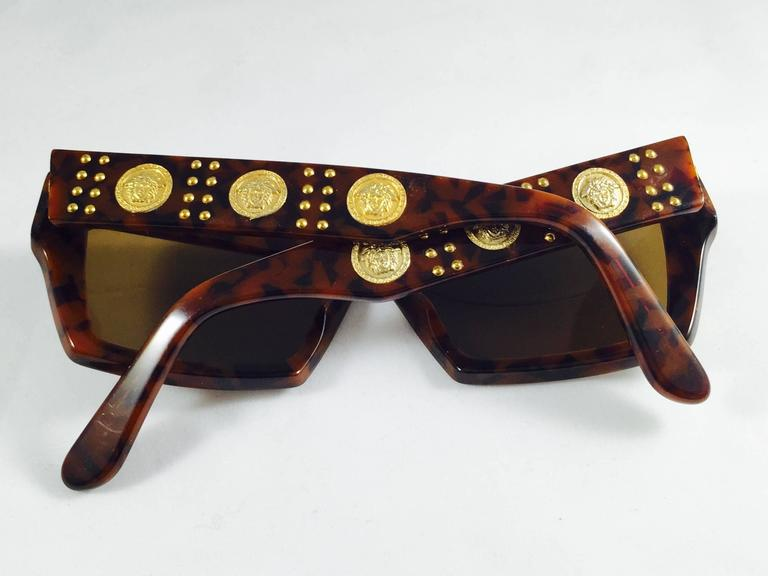 72062f281649 1990s Gianni Versace Tortoise Wayfarer Sunglasses With Mudusa Head Temples  In Excellent Condition For Sale In. Women's or Men's ...