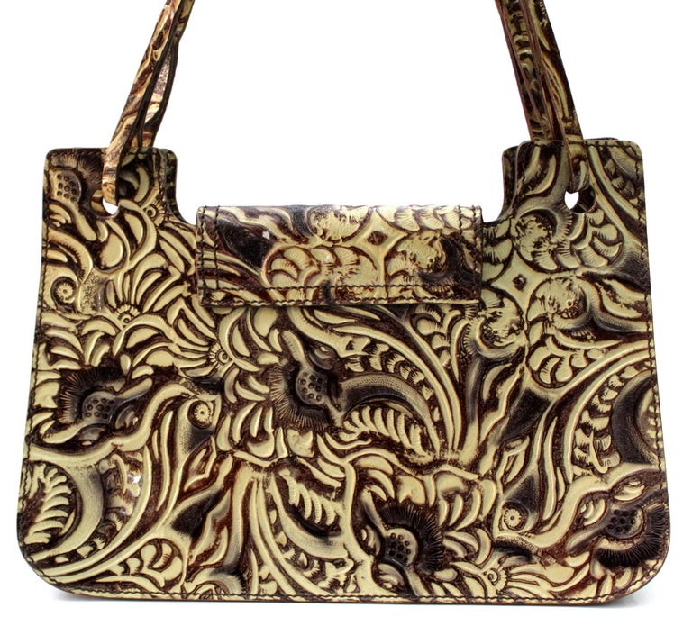 Fendi natural leather embossed bag with floral pattern . The interior is lined with green silk with a slit pocket. Limited series. In very good condition.
