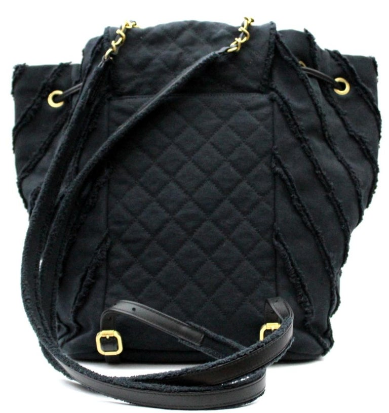 Choose a sporty-chic style with this urban spirit shoulder bag in black Chanel fabric! This versatile bag features an elegant design, a flap closure, a large CC logo and gold hardware. Equipped with two straps in fabric, chain and leather that will
