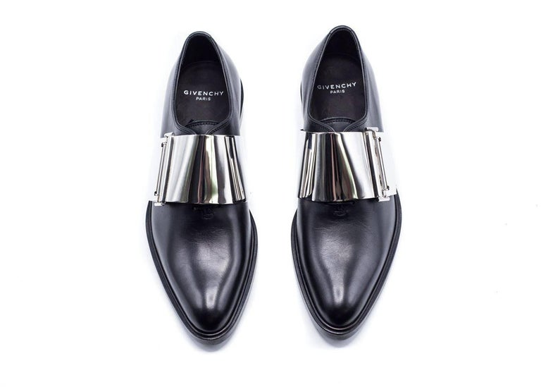 These black oxfords from Givenchy are perfect for a more trendy style to add to your dressy evening wear. Pair with your go to bottoms and dress top for any effortless fashionable and desired look.  Composition: 100% Calfskin Leather Leather