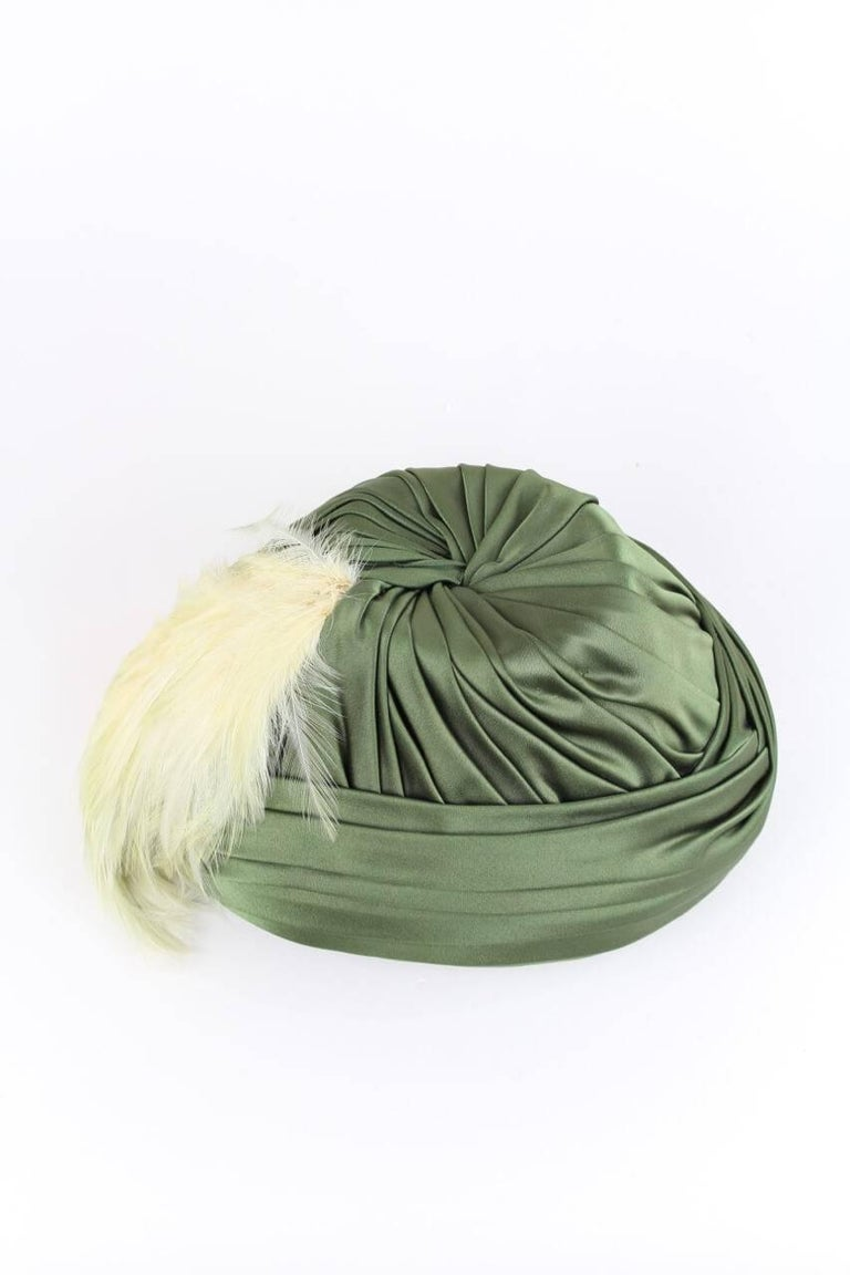 Pleated Olive Green Silk Satin Hat Adorned With Peach Feathers, 1950s In Excellent Condition For Sale In Munich, DE